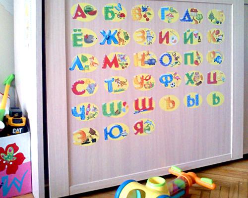 """Виниловая наклейка  """"Алфавит """"содержит изображение 33 букв, проиллюстрированных животными, фруктами или овощами..."""